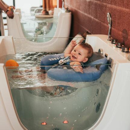 Baby geniet van floaten bij Babyspa De Babybubbel