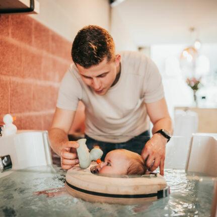 Vader en kind floaten bij Babyspa de Babybubbel